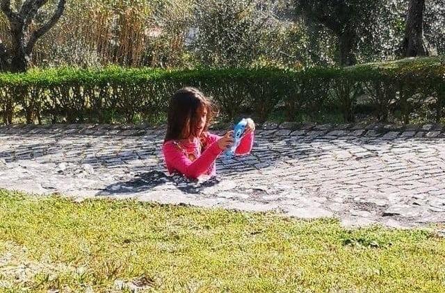 La niña a la mitad hundida en el pavimento viral