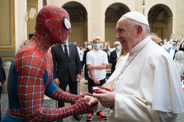 El papa Francisco tuvo un inesperado encuentro con Spiderman en Roma